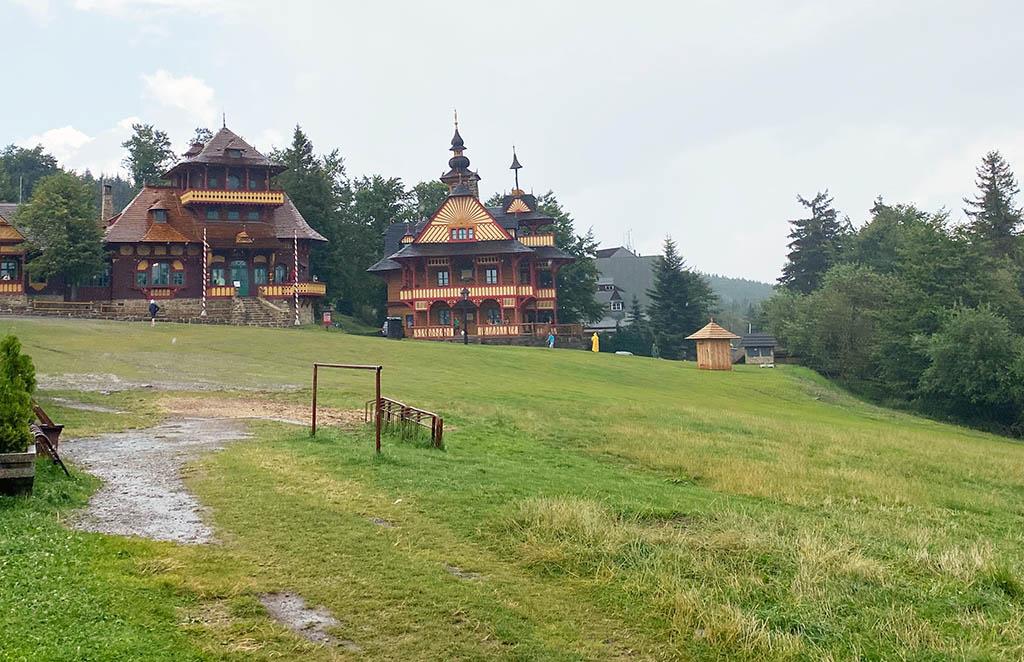 Op de bergtop Pustevny is er vanalles te doen, zoals wandelen of met een step de berg afdalen