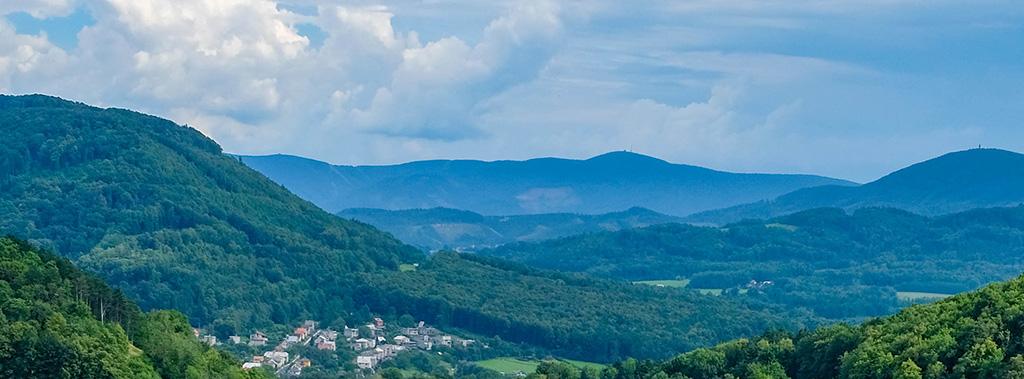 De mooie groene bergtoppen van de Beskiden, in het noorden van Moravië Silezië