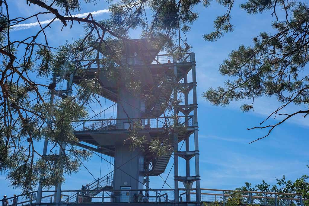 De rondwandeling begint op de eerste verdieping van de hoge toren