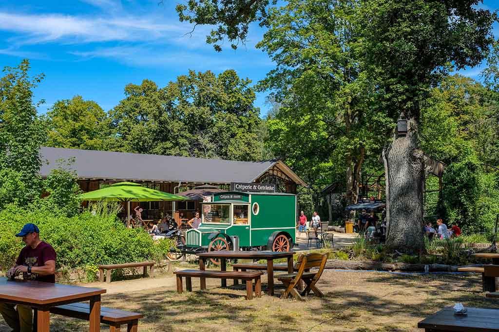 We eten heerlijke flensjes op een van de vele picknickplaatsen in het bos