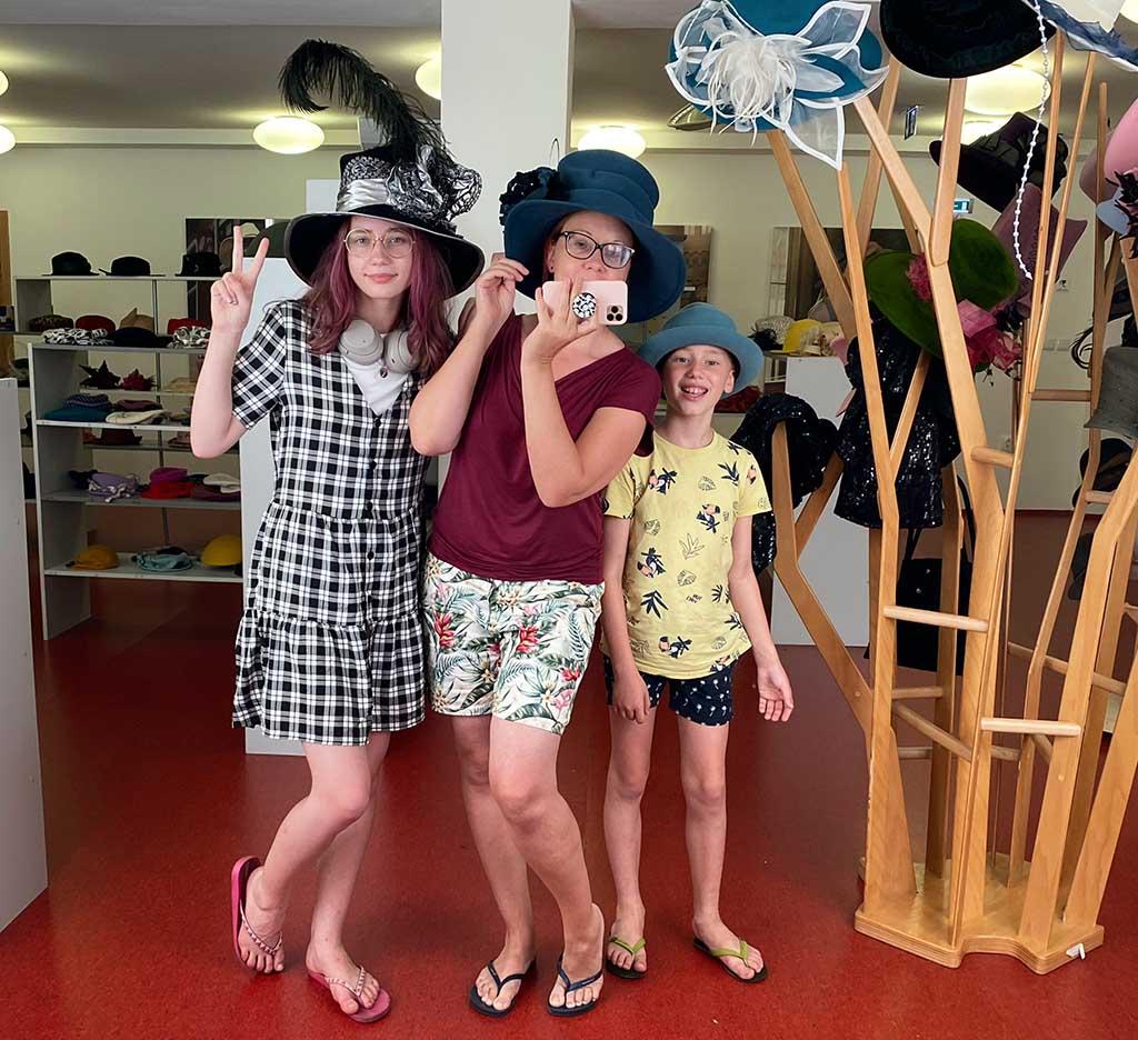 Wat een lol! We passen alle hoeden in het hoedenmuseum en maken natuurlijk veel foto's