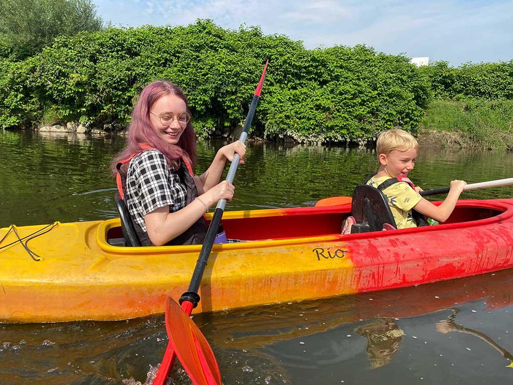 De jongste en oudste willen graag bij elkaar in de kano