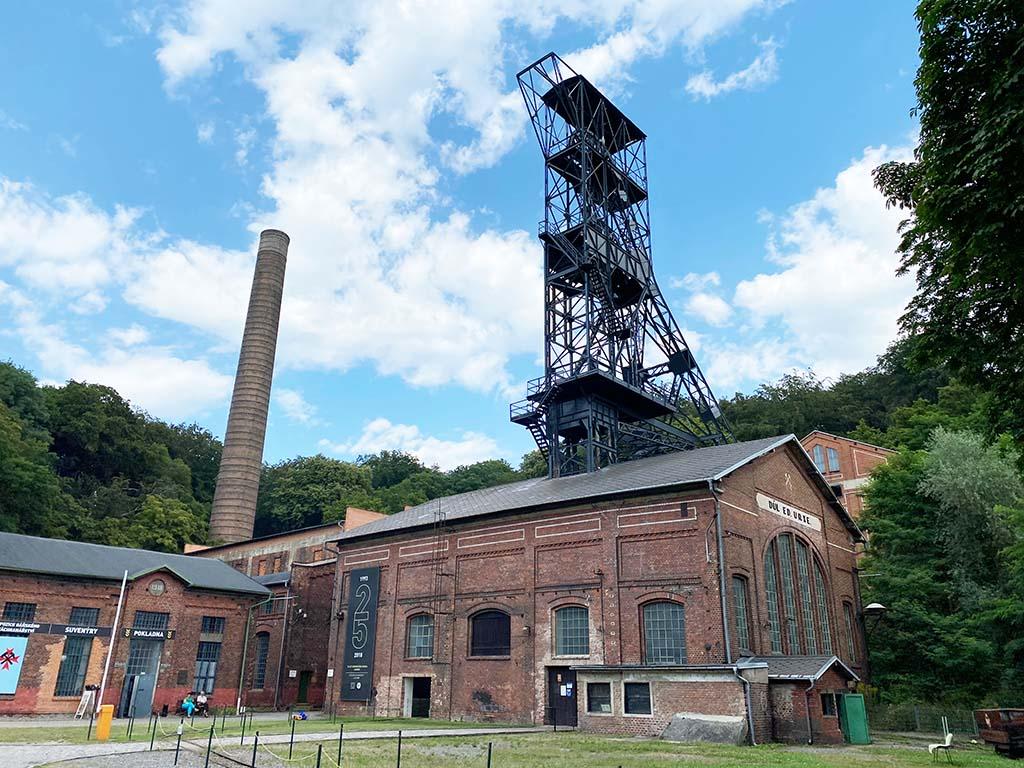 Gevonden! In dit gebouw is het mijnreddingsmuseum en de toegang tot de mijngangen