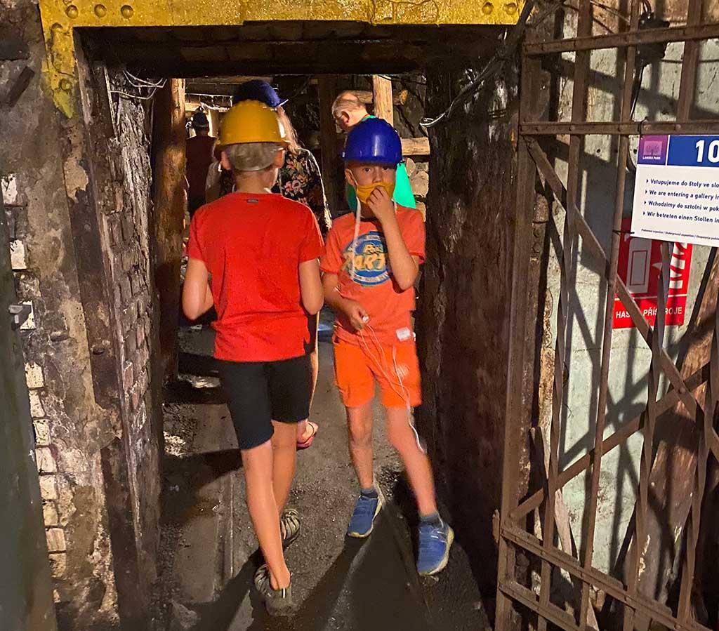 We zijn diep onder de grond aangekomen in de mijngangen, best spannend hier!