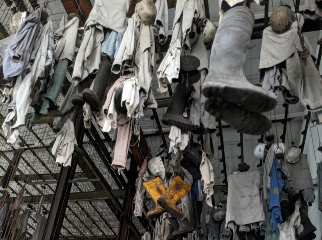 De kleding die de mijnwerkers gebruiken, hangt hier nog