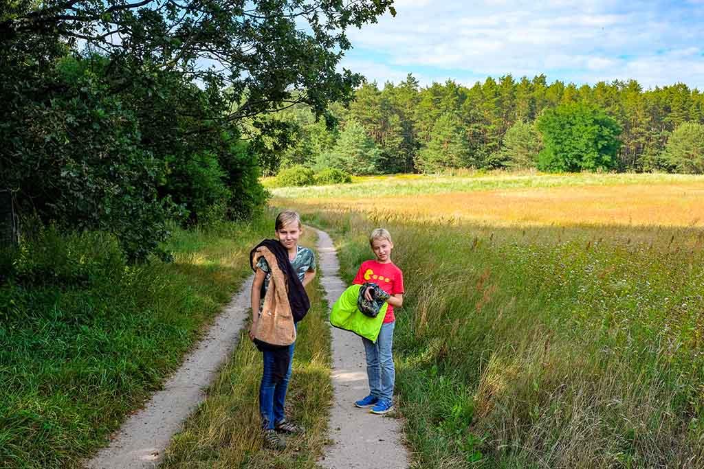Wat een mooi gebied is dit! We lopen langs velden vol wilde bloemen, langs water en door dichte bossen
