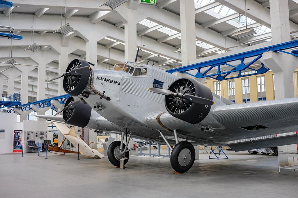 We zien verschillende van dit soort oude vliegtuigen, compleet met de bouwtekeningen