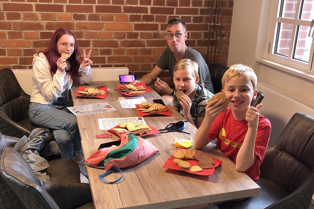 We krijgen allemaal een groot bord vol verschillende koekjes, mmm!