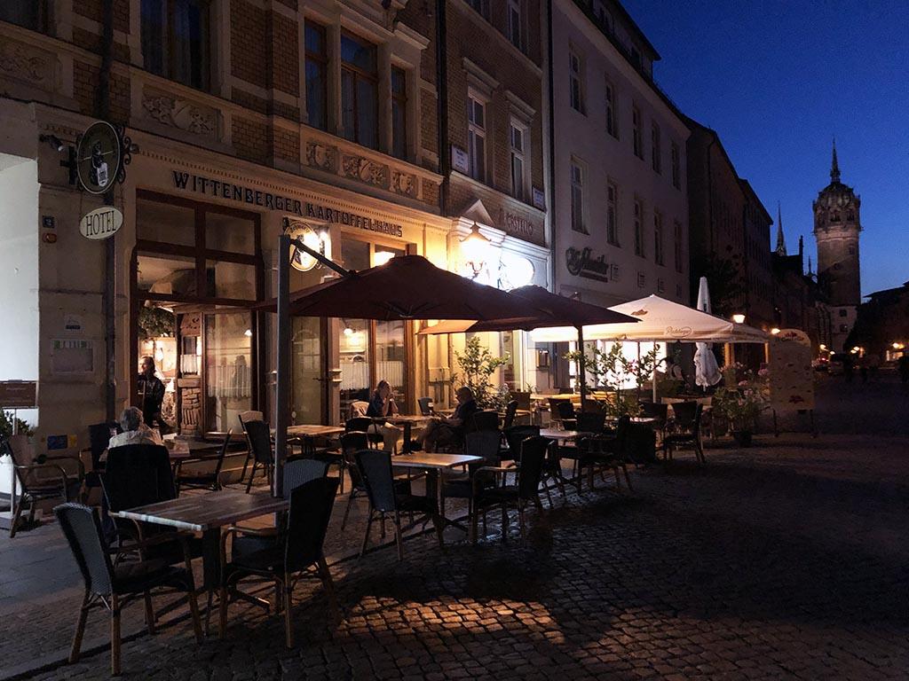 Het gezellige terras van Kartoffelhaus Wittenberg in de hoofdstraat van Lutherstadt Wittenberg