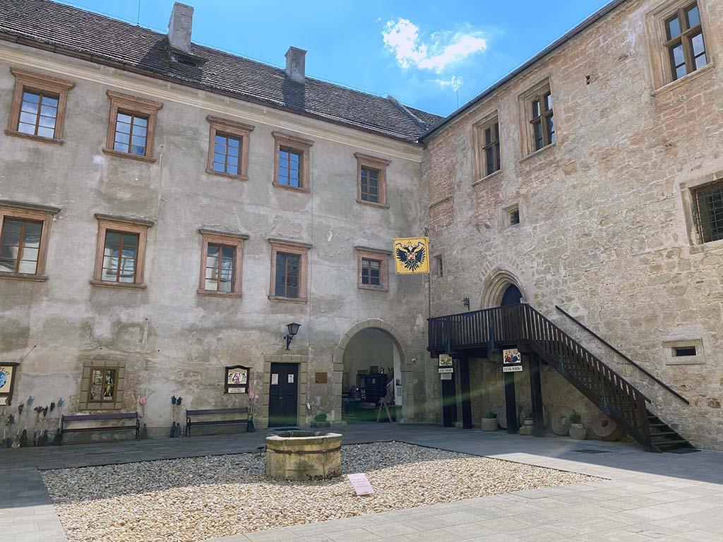 Op het binnenplein van kasteel Stare Hrady