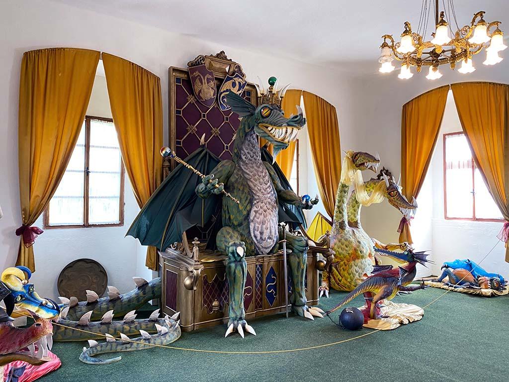 We komen in de koninklijke drakenkamer, met de hele koninklijke drakenfamilie
