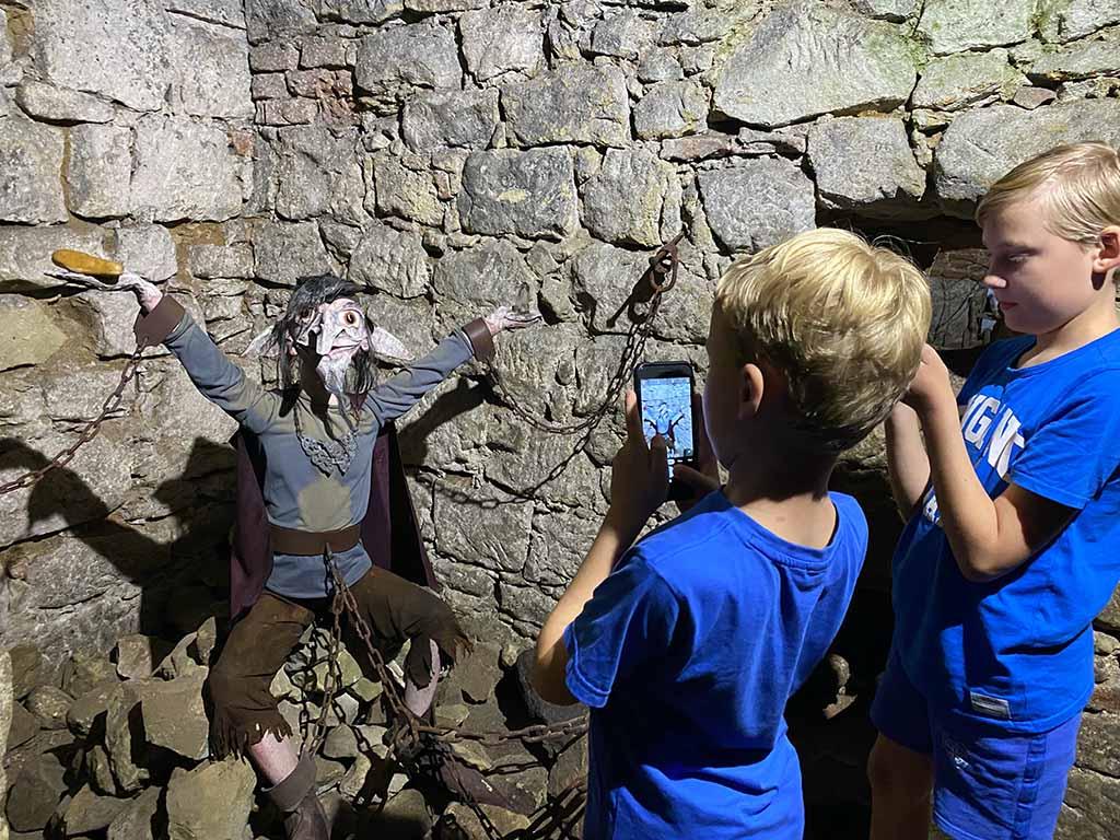 De kids vinden de verhalen spannend en maken overal foto's van