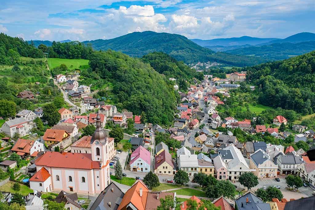 Bovenaan de eeuwenoude kasteeltoren in het uitzicht zelfs nog mooier