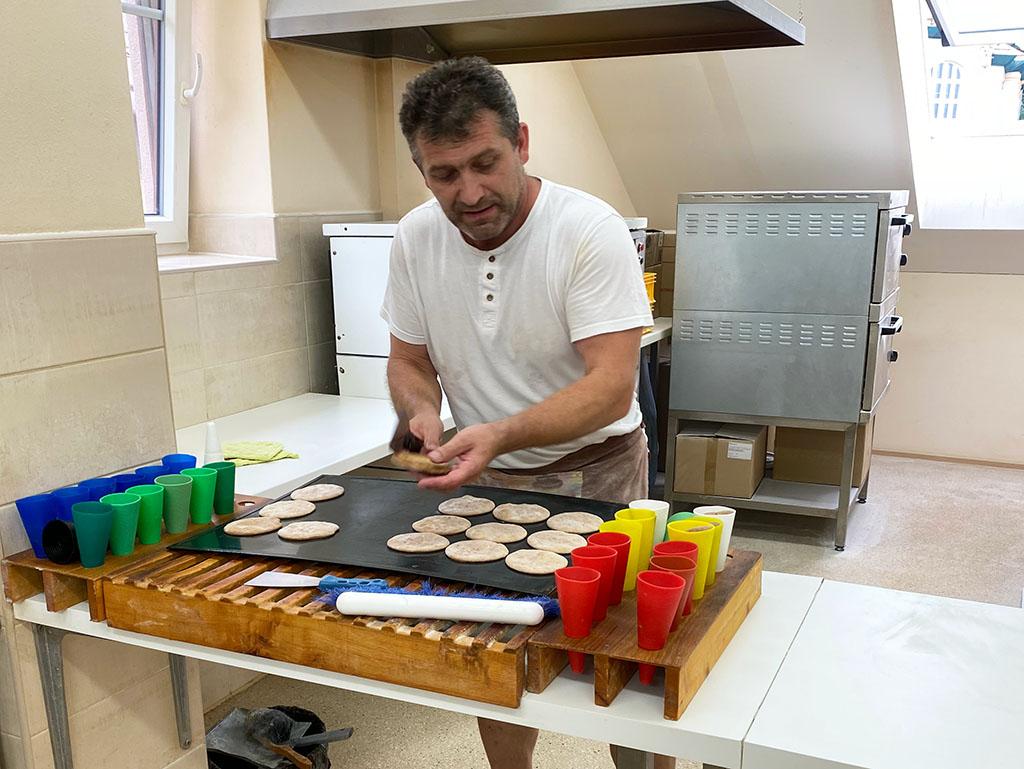 We mogen bij de bakker kijken hoe hij de beroemde Stramberk oortjes bakt