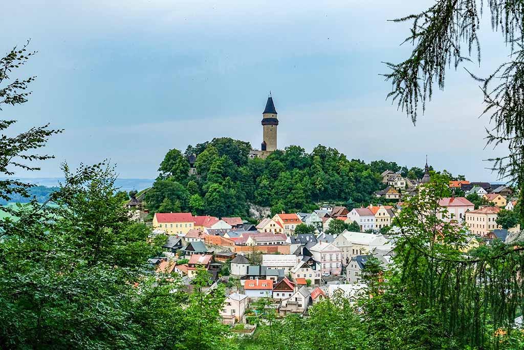 Vanuit de verte zien we de kasteeltoren van Stramberk al boven de huizen uitsteken