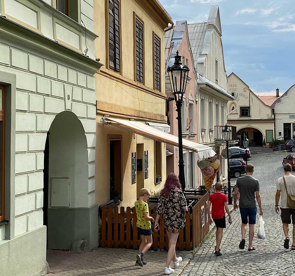 Met onze gids lopen we door de gezellige gekleurde straatjes