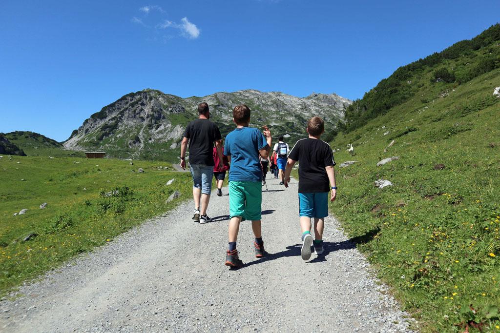 Eenmaal uitgestapt is het nog een klein stukje lopen om het meer te zien vakantie-lech-am-arlberg.46