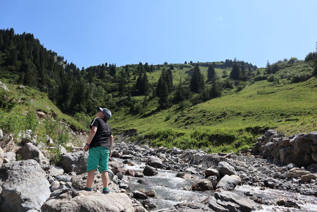 In de bedding van deze rivier is wachten op de bus geen straf vakantie-lech-am-arlberg.51
