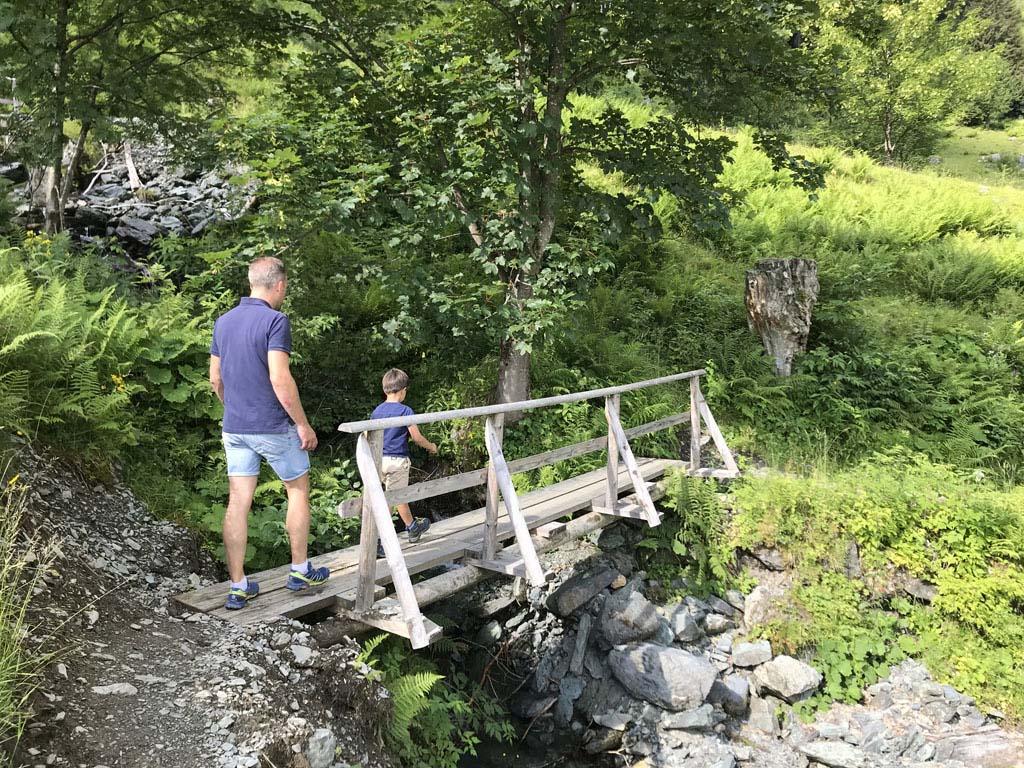 Het educational path is een afwisselende wandeling, over bruggetjes en almweides.