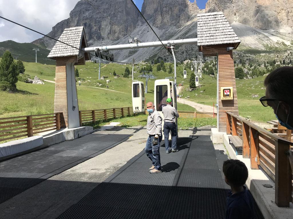 Je moet letterlijk in de 'kistlift' springen naar de Sassolungo op 2681 meter