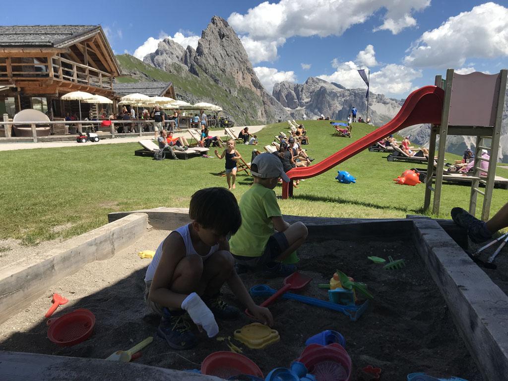 Bij vrijwel elke berghut is een fijne speeltuin voor de kinderen.