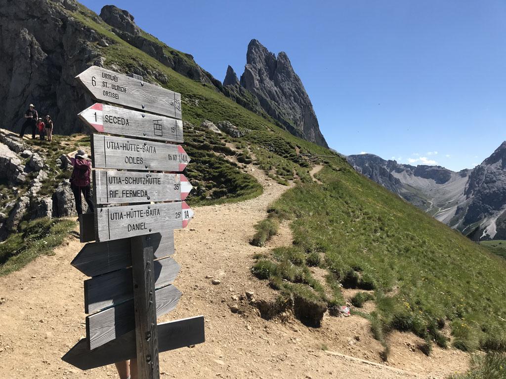 Bij deze splitsing dalen we af naar de eerste berghut.
