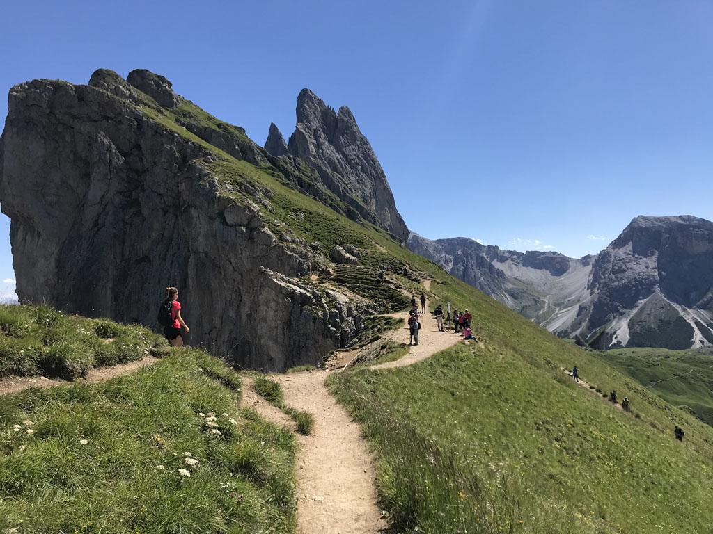 Vanaf het fotopunt, lopen we helemaal langs de bergkam.