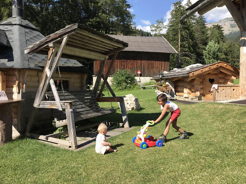 Ook bij berghut Baita Pauli in Ortisei was het heerlijk zitten en was er zelfs voor de kleinste kinderen genoeg vertier.