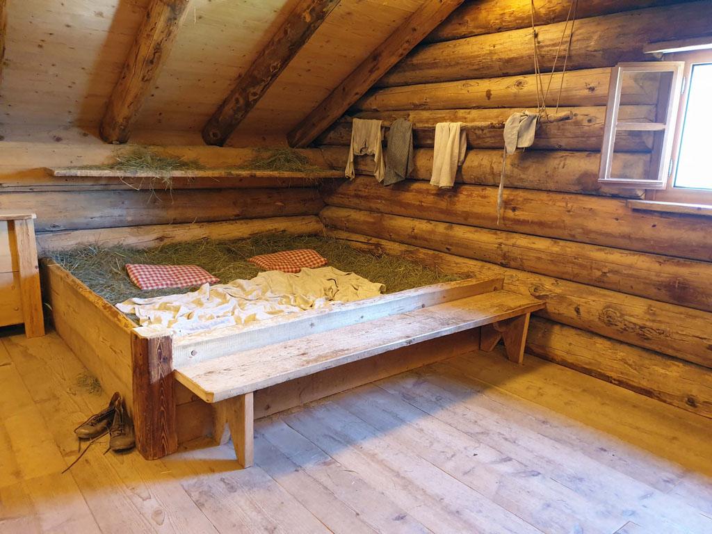heidi-in-de-bergen-11 Zou het lekker liggen dat stro bed?