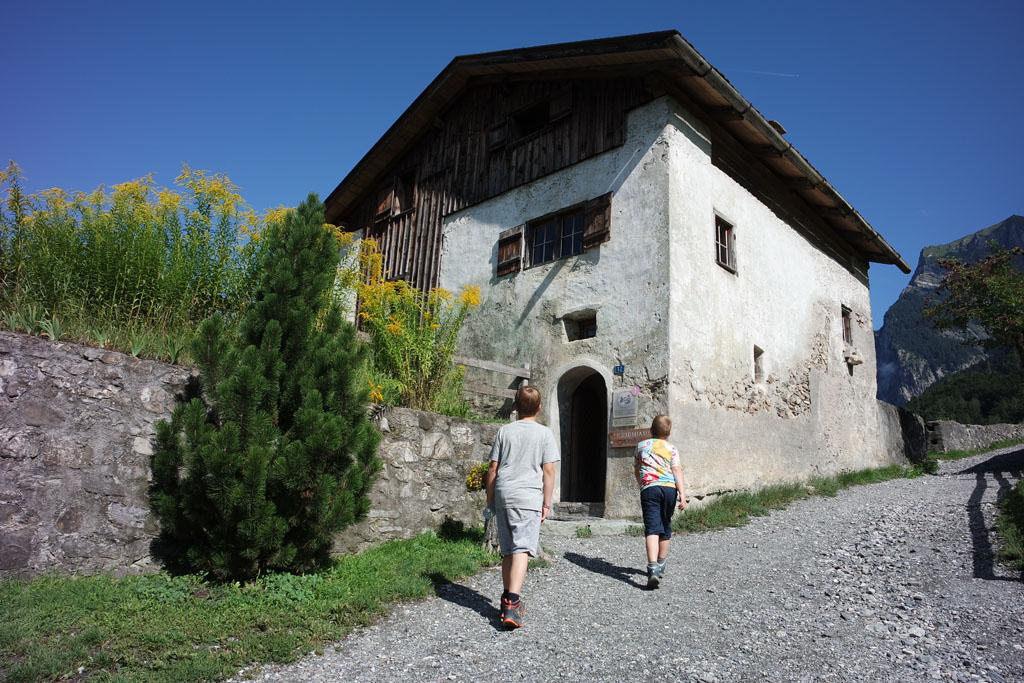 heidi-in-de-bergen Het winterhuis van Heidi en opa