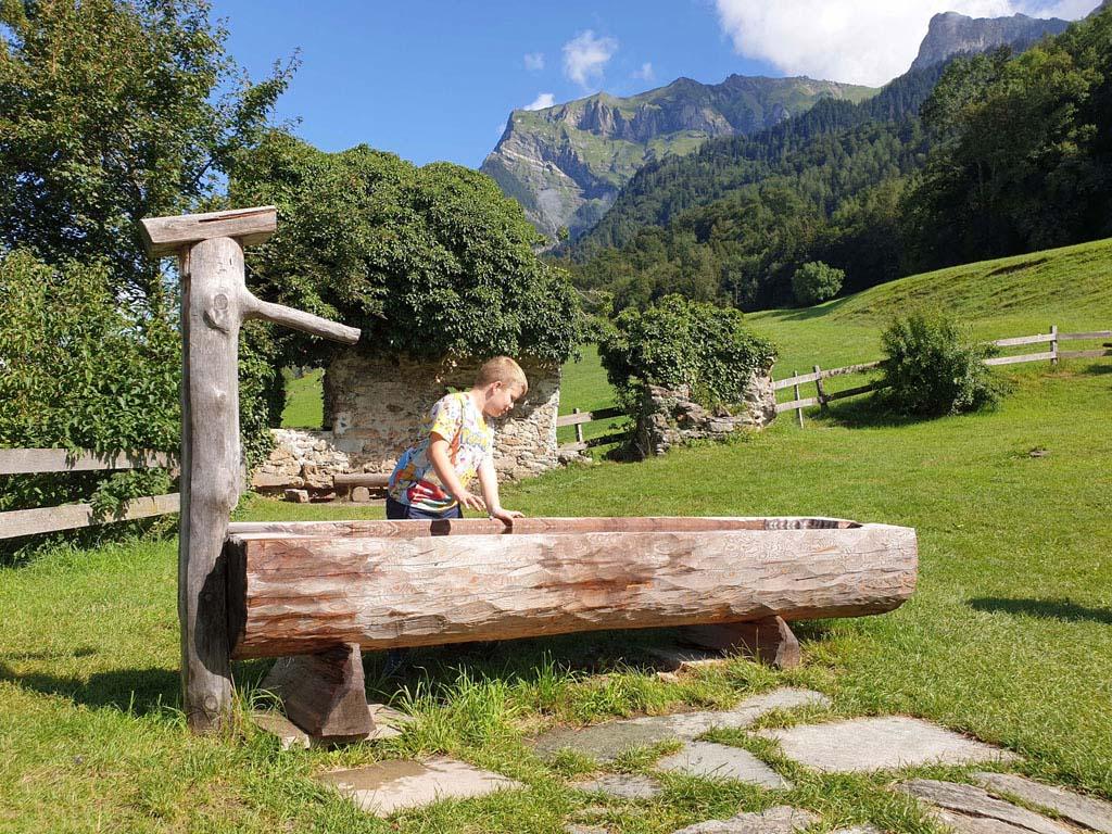 heidi-in-de-bergen-6 Zeg nou zelf, in zo'n omgeving kan je toch alleen maar heel gelukkig zijn?!
