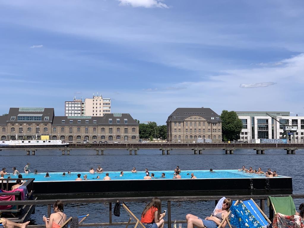 Zwemmen in het Badeschiff. Aanrader op warme dagen.