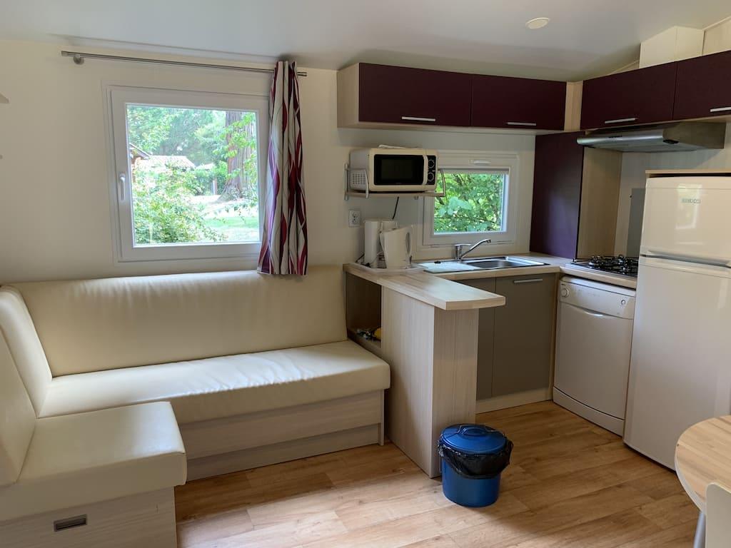 Van binnen is de stacaravan modern, netjes en schoon.