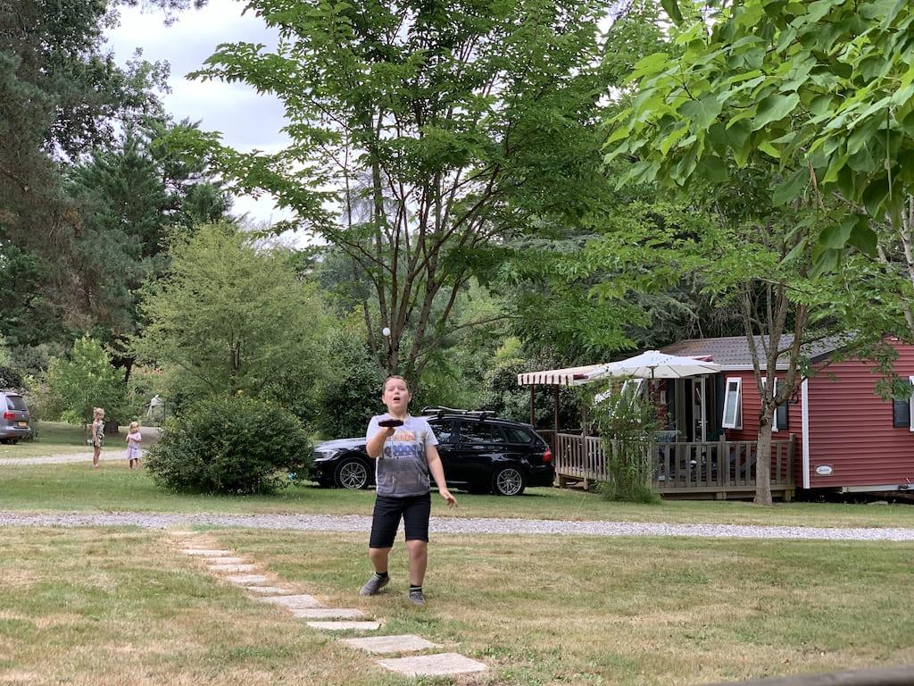 Er is op de camping genoeg ruimte om rondom de huuraccommodatie of tent te spelen.