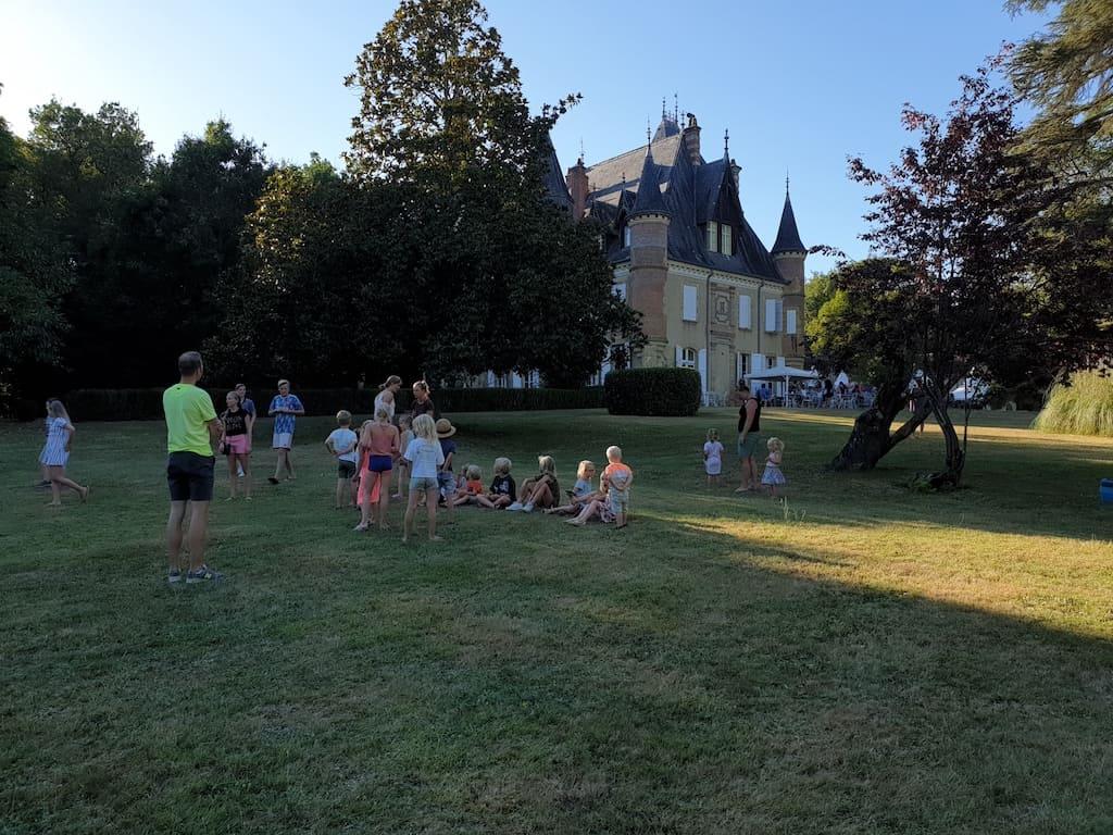 Kinderactiviteit op het grasveld bij het kasteel.