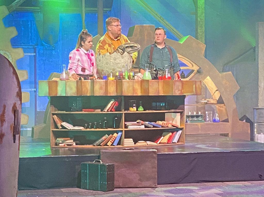 De professor neemt de aanwezigen mee in zijn zoektocht naar het weer tot leven brengen van dinosauriërs.