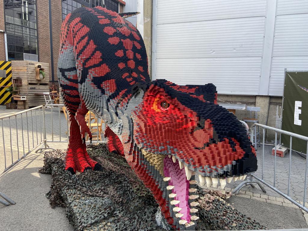 De dino's bestaan uit lego-steentjes: ruim twee miljoen zijn er gebruikt voor Dino Fabriek.