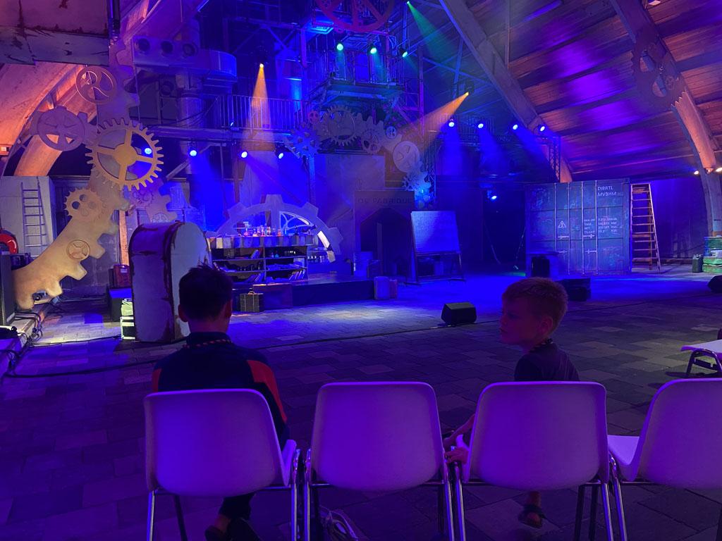 In de grote hal van De Fabrique is viermaal daags de theatershow van professor Diffeloor. Deze is bij de entreeprijs inbegrepen.