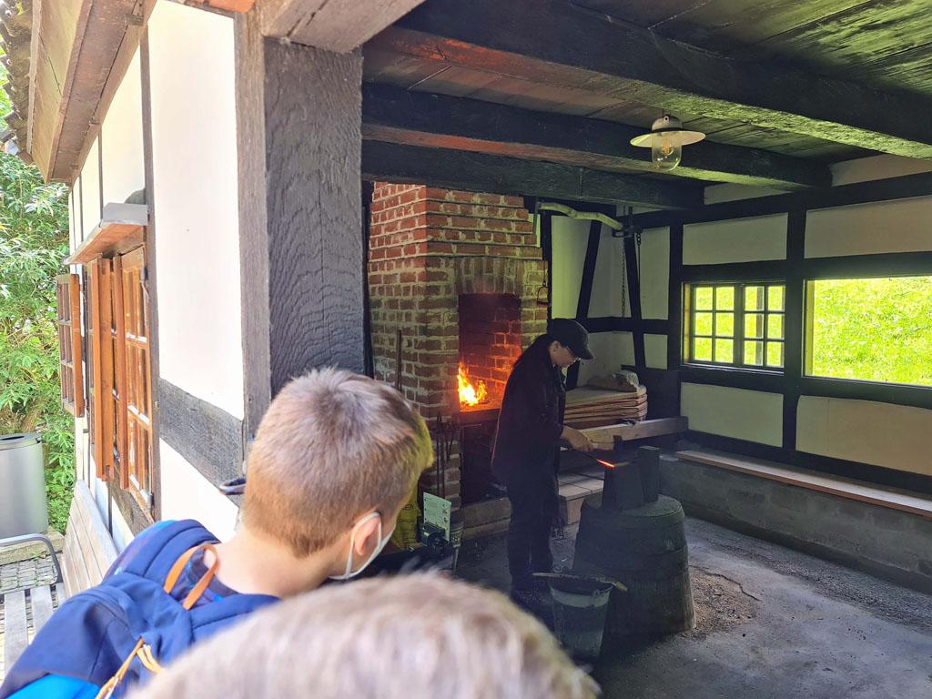 Kijken hoe spijkers gemaakt werden vroeger Duisburg-met-RUHR.TOPCARD-17