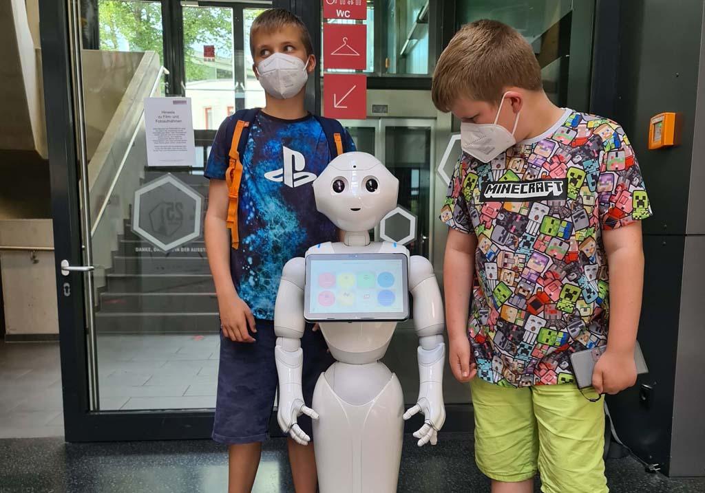 Robotmeisje Lüdia begroet ons en helpt ons bij vragen RUHR.TOPCARD-met-kinderen-1