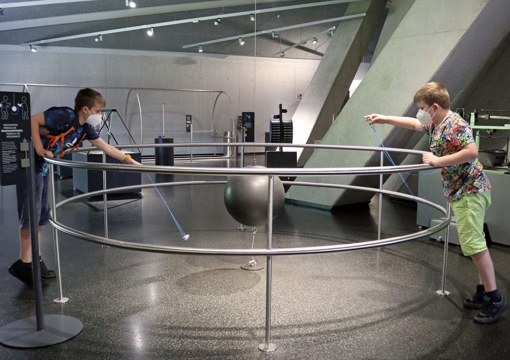 Kijken of we de grote ijzeren bal in bewegen krijgen met de magneten RUHR.TOPCARD-met-kinderen-58