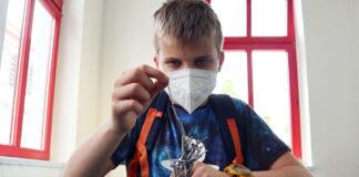 Opperste concentratie om een spijkerbouwwerk op een magneettafel te maken RUHR.TOPCARD-met-kinderen-61