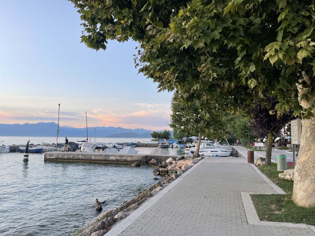 De camping ligt op een paar minuten lopen van het Gardameer.