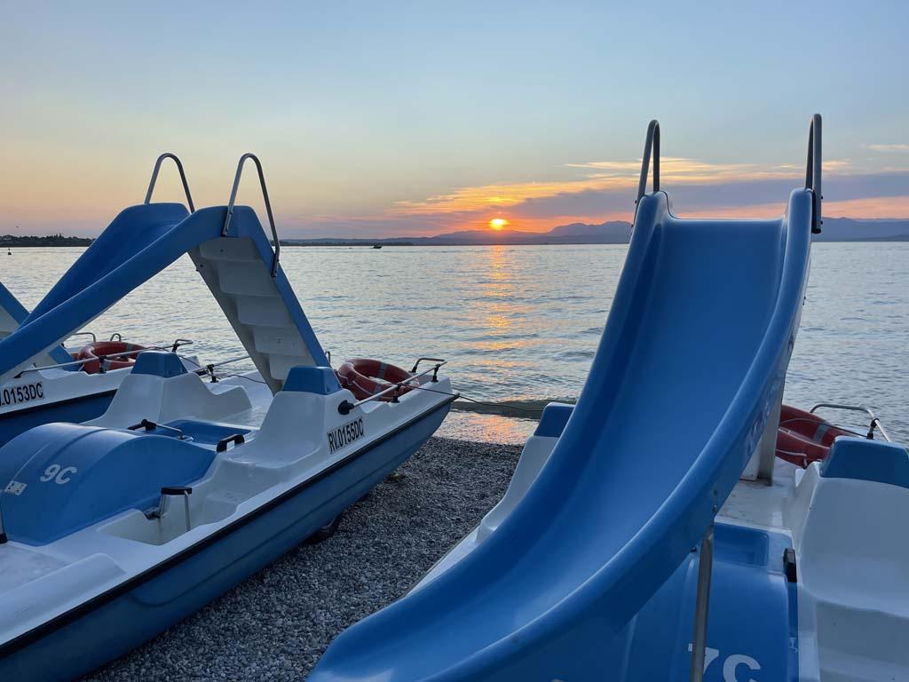 Overdag is het meer vol met bootjes, waterfietsers en SUP-pers.