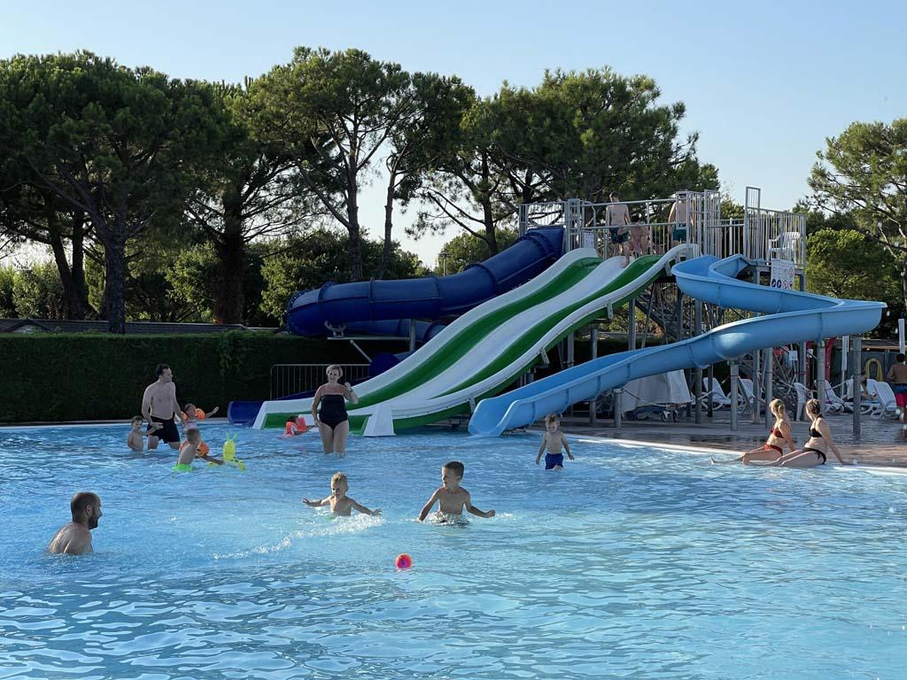 Dit is ook het zwembad met de glijbanen.