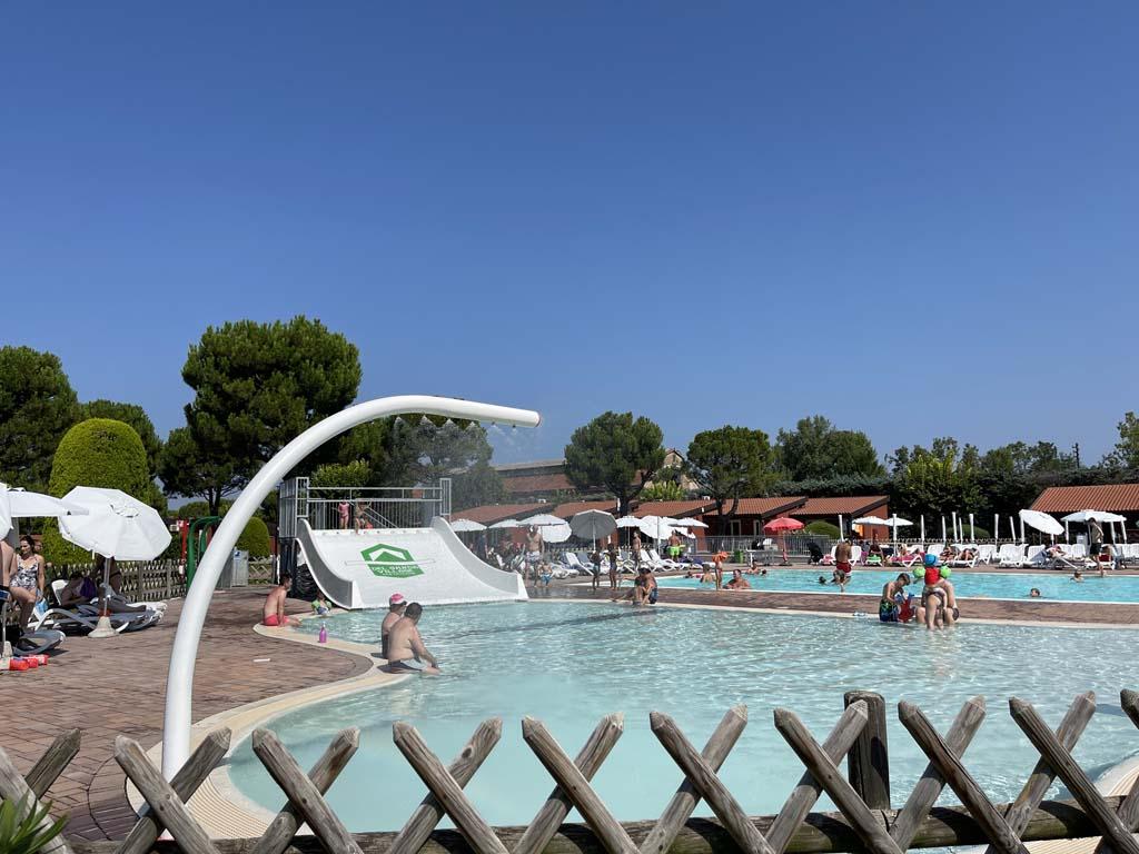 Het zwembad dat vooral gericht is op de jongere kinderen.