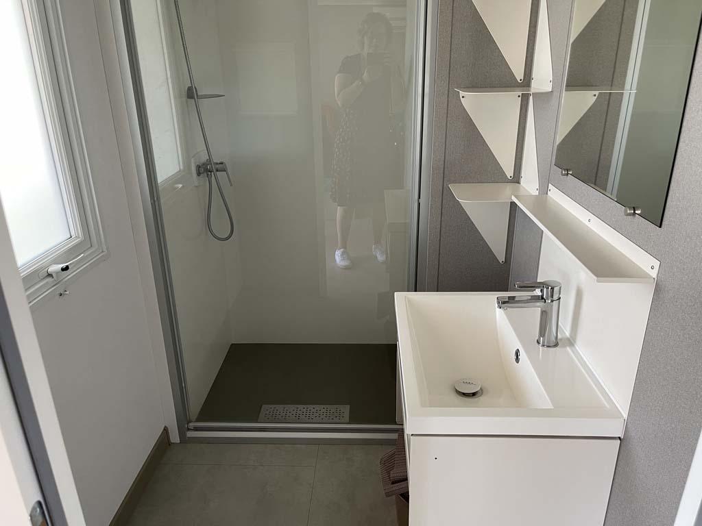 Heel fijn: een ruime badkamer met dito douchecabine.