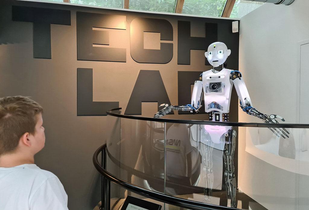 De menselijke kenmerken van een robot zijn soms best een beetje eng Naar-jetbrains-techlab-in-amsterdam-15