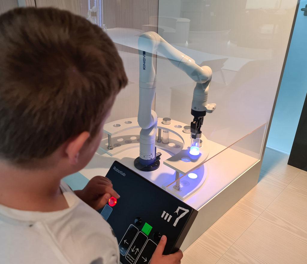 Net als in een laboratorium...testflesjes verplaatsen met een robotarm. Naar-jetbrains-techlab-in-amsterdam-16