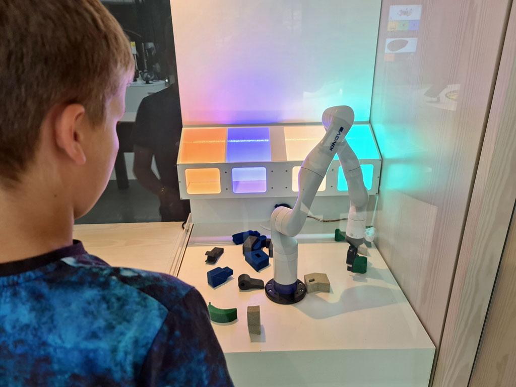 Zo'n robotarm bedienen is echt wel een nauwkeurig werkje Naar-jetbrains-techlab-in-amsterdam-17jpg